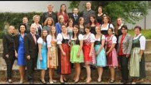 Weiße Fahne bei der Diplomfeier der Gesundheits- und Krankenpflegeschule Freistadt