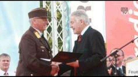 LH Dr. Josef Pühringer bedankt sich bei Landesfeuerwehrkommandant Dr. Kronsteiner für seinen Einsatz: 40 Jahre Feuerwehrmann
