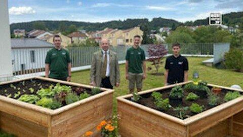 Rollstuhlgerechte Hochbeete bringen Gartenglück ins Bezirksseniorenheim Freistadt